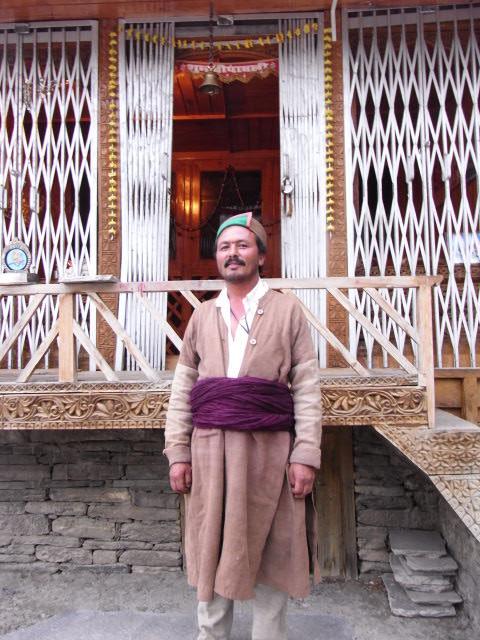 カムル村の寺院祭司