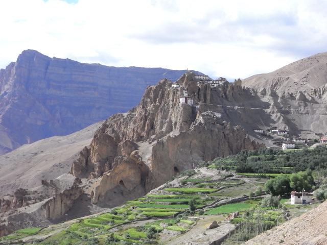 岩の上に聳えるダンカル寺
