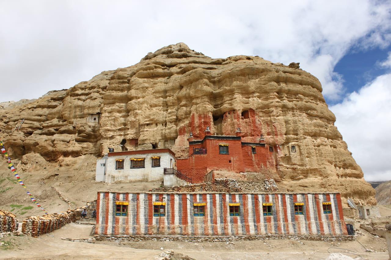瞑想窟を元に建てられたニプ・ゴンパ