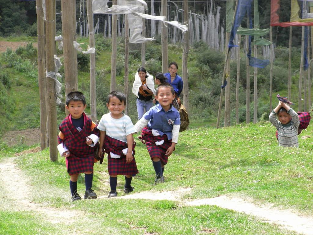 笑顔いっぱいのタシヤンツェの子供達。後ろに経文端ダルシンが風にたなびいている
