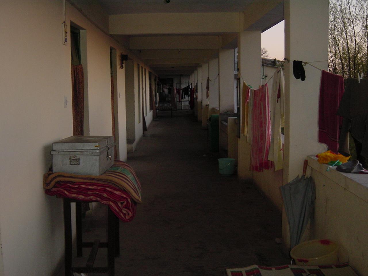 男子寮の長い廊下