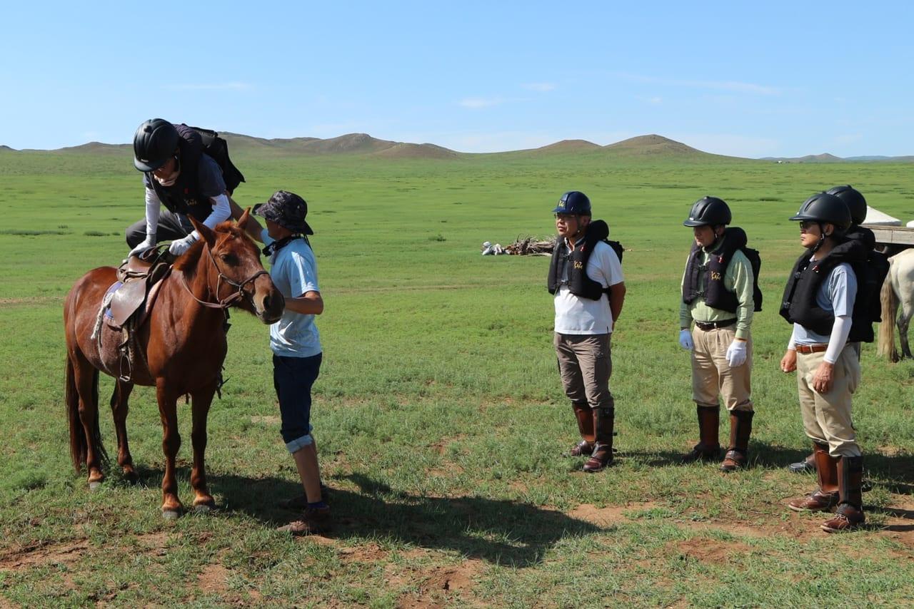 馬の乗り降りも大事な練習