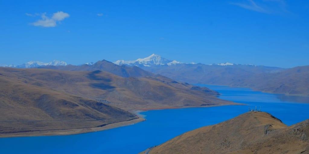 カンパラ峠から望むヤムドク湖