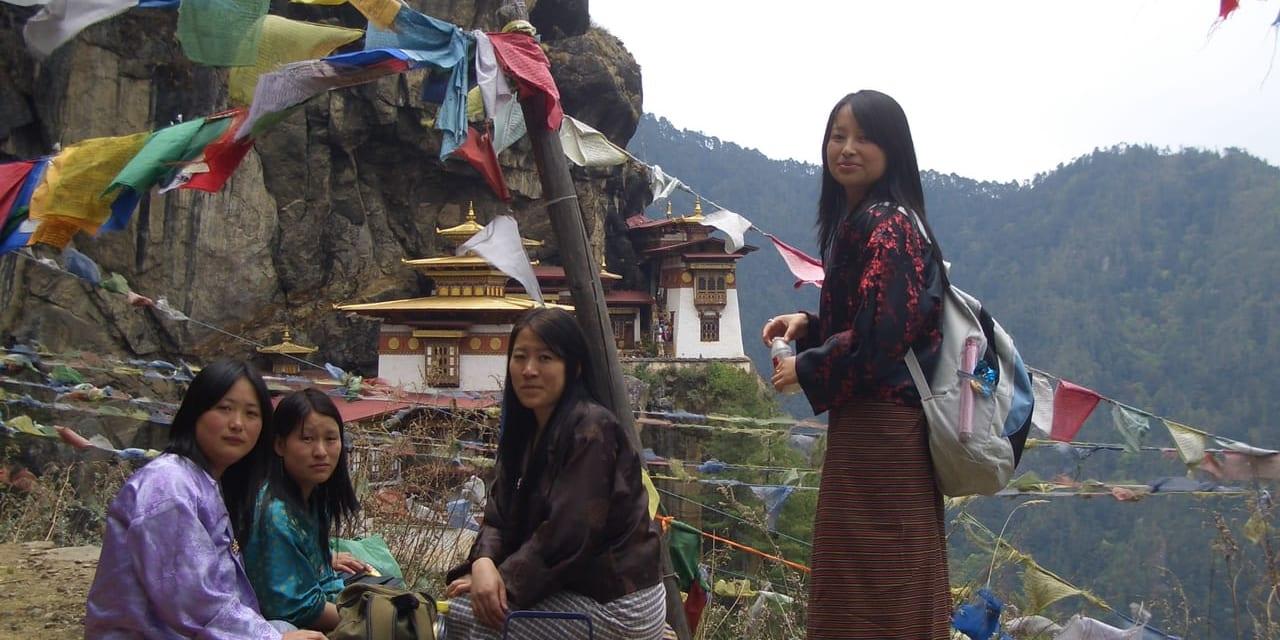 タクツァン僧院では、地元の巡礼者も同じ道を歩きます(ブータン・パロ)