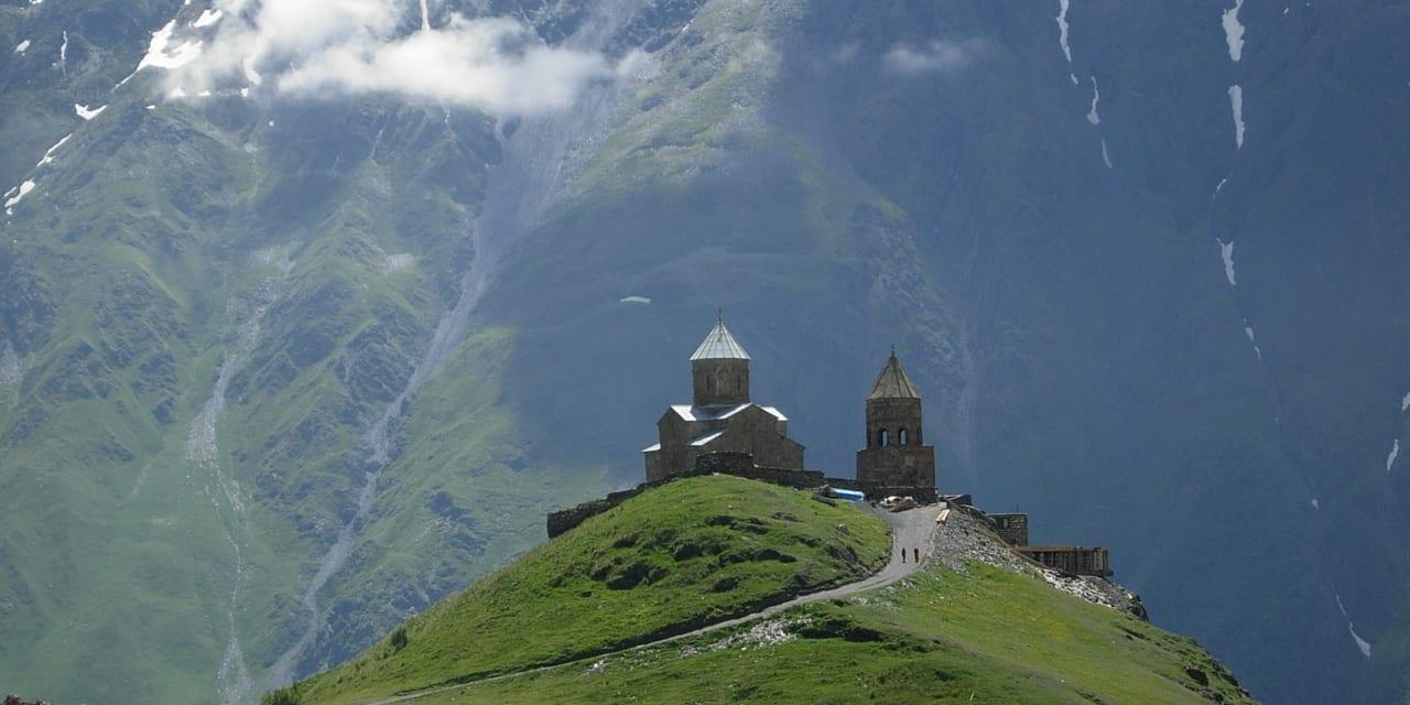 ロシア国境に近い丘に立つ三位一体教会、奇跡を起こすマリア様のイコンがある(ステパンツミンダ)