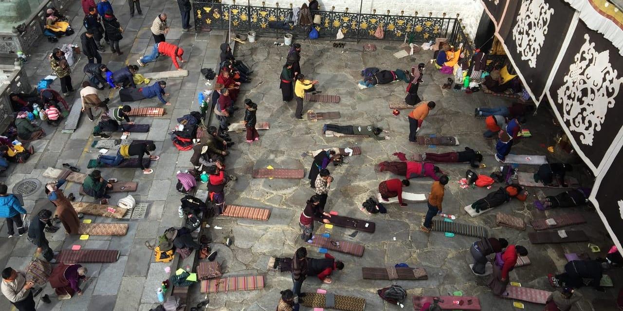 ジョカン寺の前で五体投地をする人々