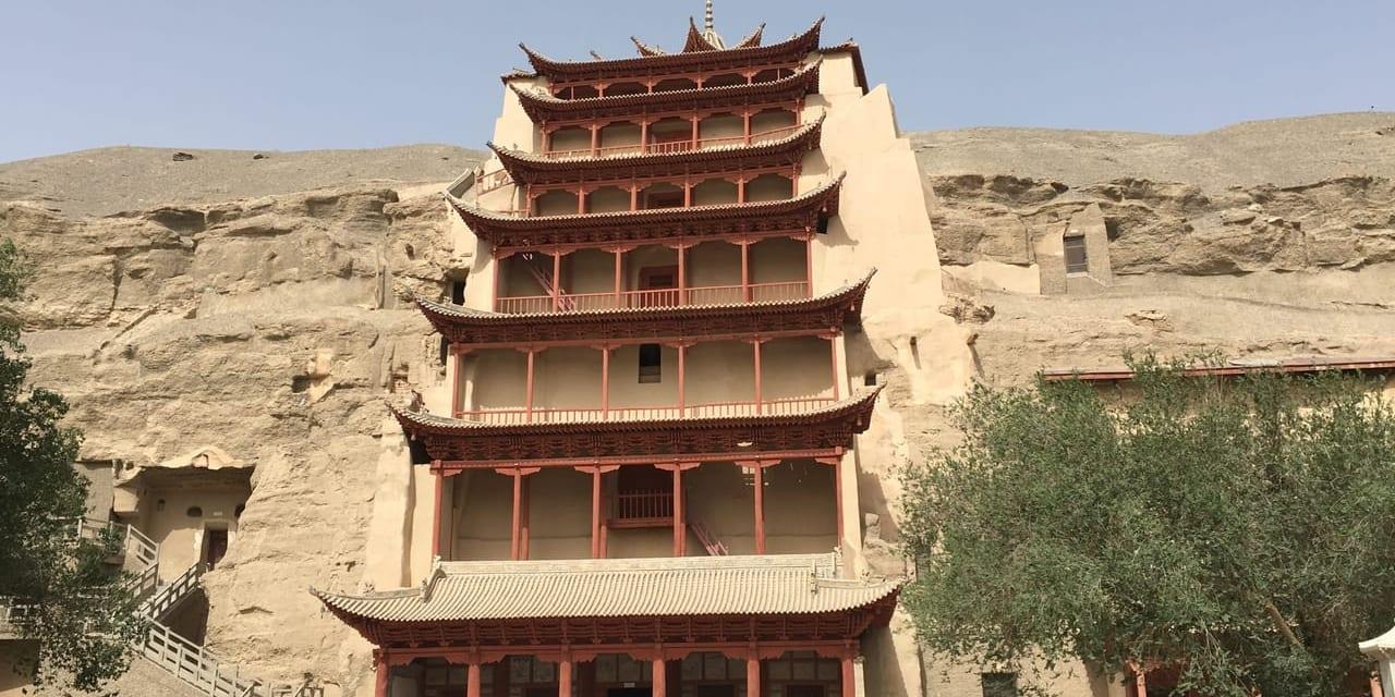 仏教美術の宝庫、砂漠の大画廊・莫高窟(敦煌)