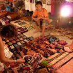モン族の手芸品や衣類、布、かばん、和紙製品などお土産にもなるグッズが盛りだくさんのナイトマーケット(ルアンプラバーン)