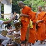 ルアンプラバーンの朝は托鉢で始まります