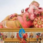 巨大なピンクガネーシャで人気のワット・サマーン・ラッタナーラーム、願い事は近くのネズミの像にするそうです(バンコク)