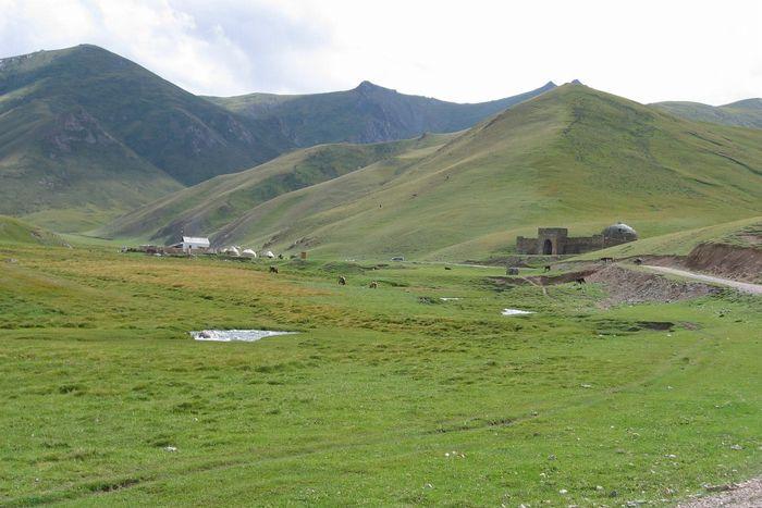 キャラバンサライ(隊商宿)跡ともキリスト教の修道院とも仏教寺院跡とも、盗賊の根城とも説のあるタシュラバトにも立ち寄ります。