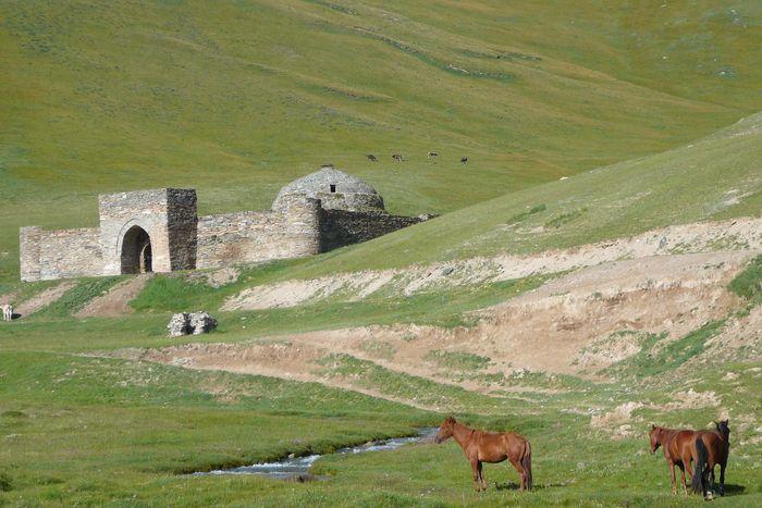 キルギスの天山の山中にあるキャラバンサライと言われる「タシュラバト」