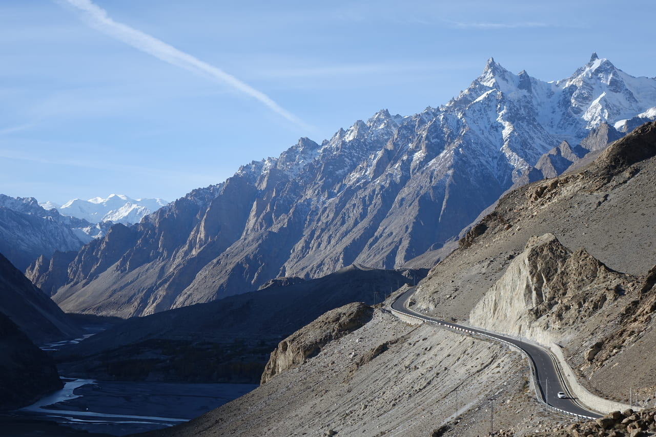 カラコルムハイウェイ(KKH) カラコルムの山々が迫る絶景が続く