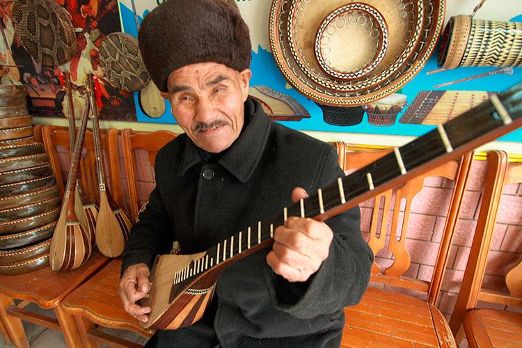 カシュガルの楽器屋さん 帽子も暖かそう!