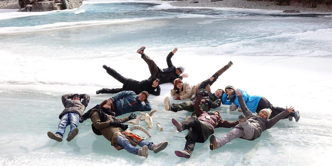 「氷の回廊」チャダルを体験!凍ったザンスカール川の上でハイ・ポーズ!