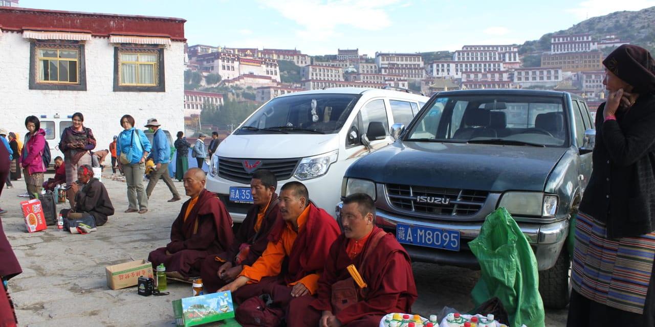 ガンデン寺のセタン祭で施しを受ける修行僧
