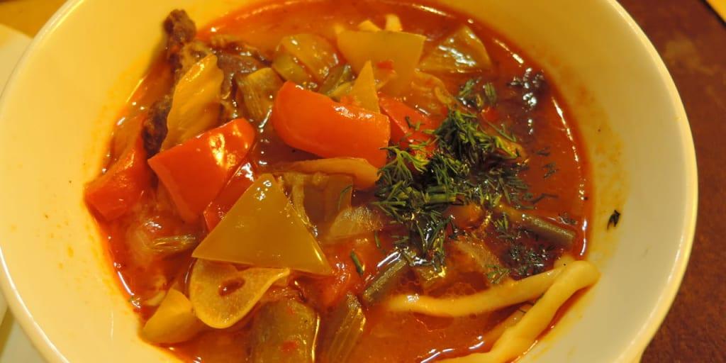トマトベースのラグメンはウズベキスタンの麺料理