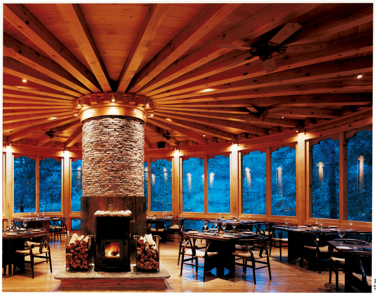 ブータン式の薪ストーブ「ブカリ」のある開放的な食堂