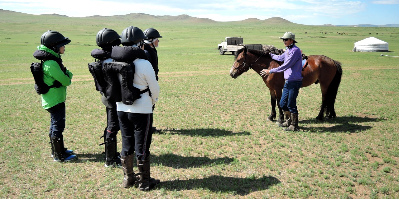 モンゴル乗馬をレクチャー中