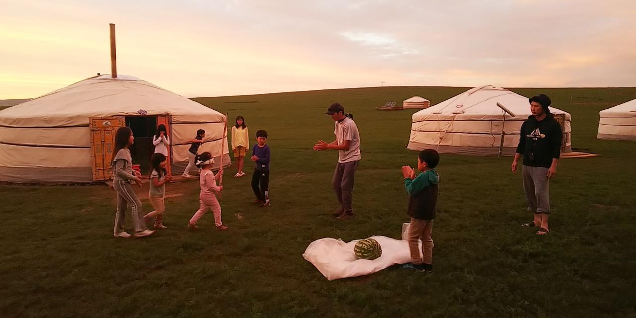 夕暮れの草原でスイカ割り! デザートをおいしくいただきました。