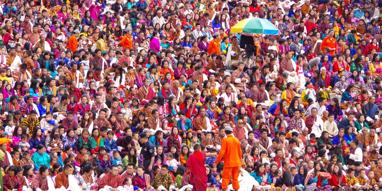 色鮮やかな晴れ着が会場を埋め尽くす首都のツェチュ祭!(ティンプー)