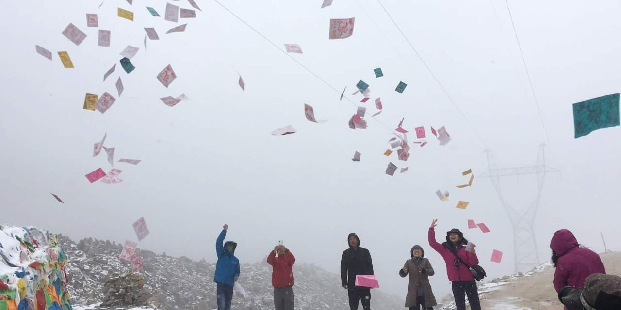 5,050メートルの峠で旅の安全を祈ります。「ラーギャロー!」