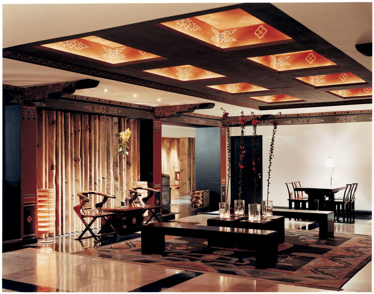 ブータンにもこんなホテルがあるんです。 (ウマ・パロ、ロビー風景)