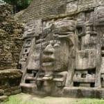 ラマナイ遺跡に残る仮面の神殿。かつてこれを覆うようにさらに大きなピラミッドが建てられました