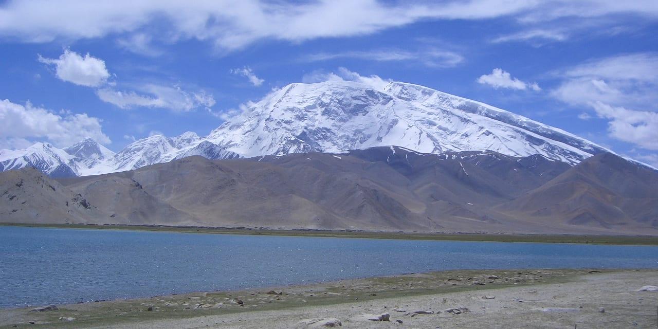 高峰ムスターグ・アタ峰を背景に静かにたたずむ標高3600mのカラクリ湖