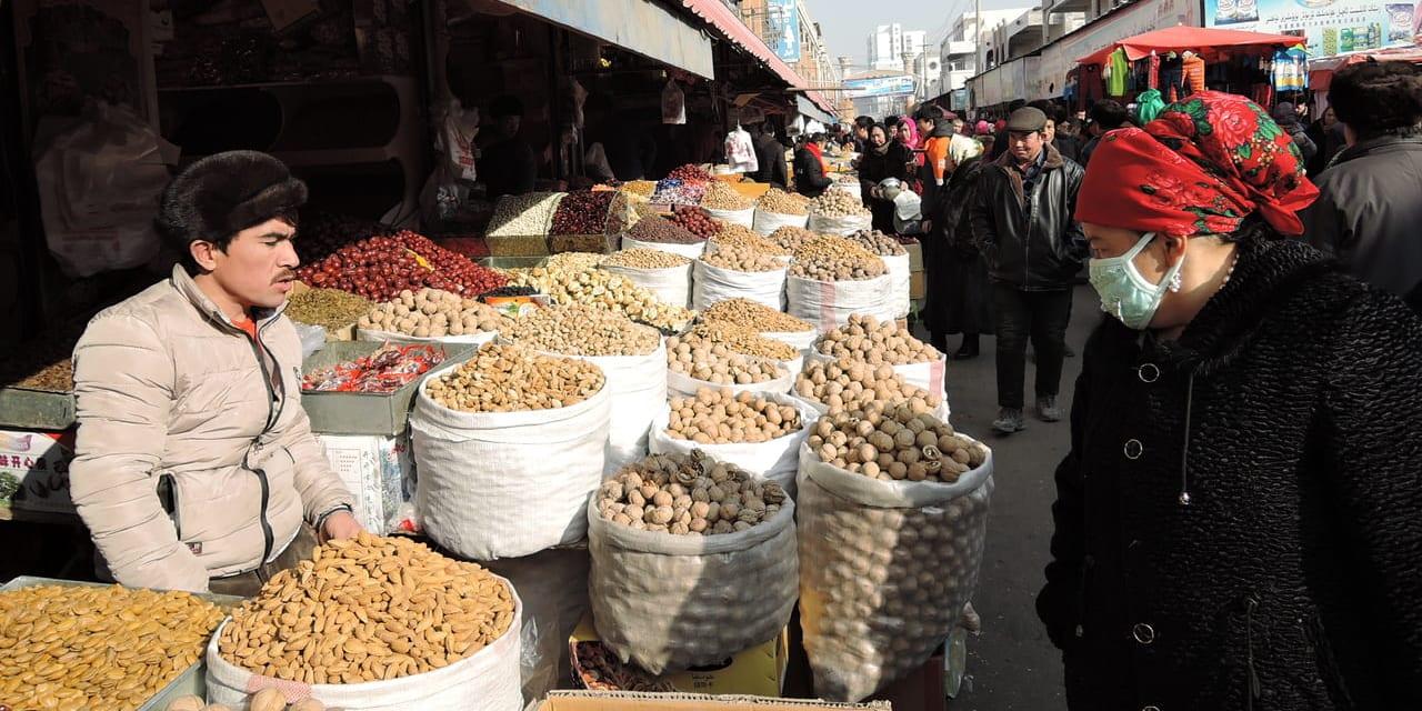 日曜バザールはドライフルーツなどお土産の買出しにももってこい(カシュガル)