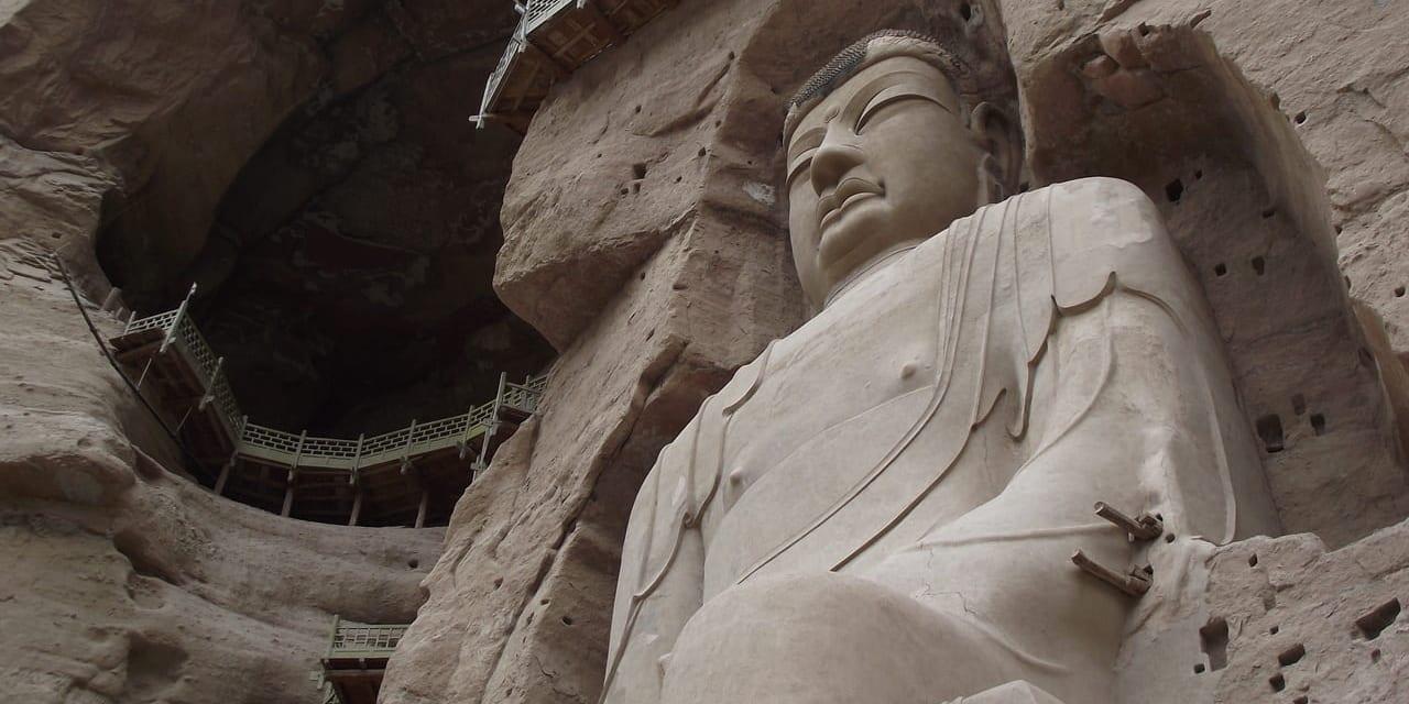 黄河河畔の絶壁に彫られた迫力満点の炳霊寺の大仏像