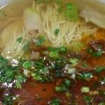 蘭州の牛肉麺(麺は細く食べやすい。辛さもお好み次第)