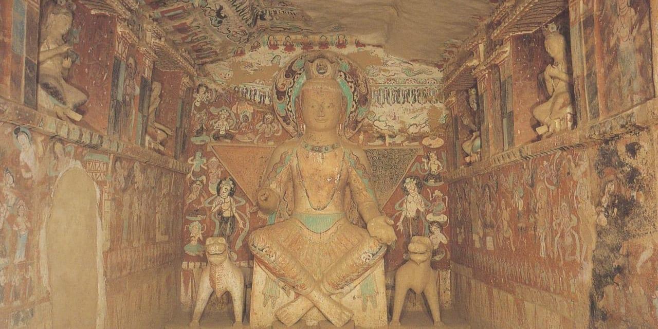 莫高窟275窟 北涼時代の交脚する弥勒菩薩 ギリシャ風の衣服に西方遊牧民族の座り方をしているのが特徴
