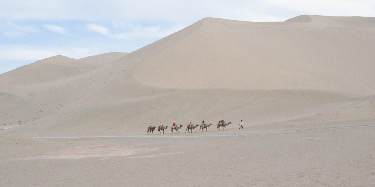 鳴沙山-砂漠をラクダが行く(敦煌)