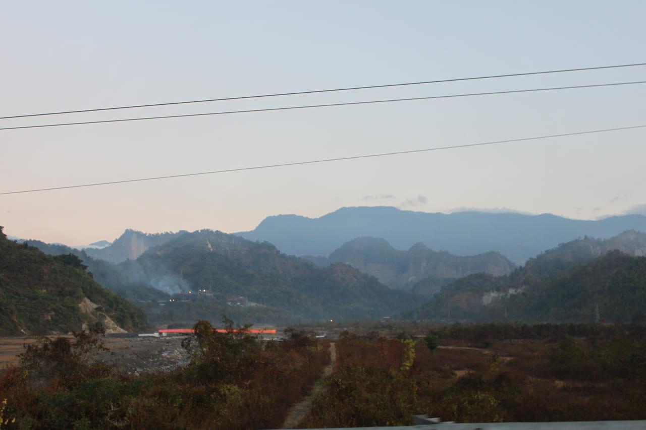 屏風のように立ちはだかるインド側から見たブータン