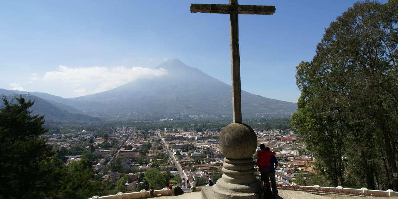 火山の麓の古都アンティグは標高1,500mの高原にあります