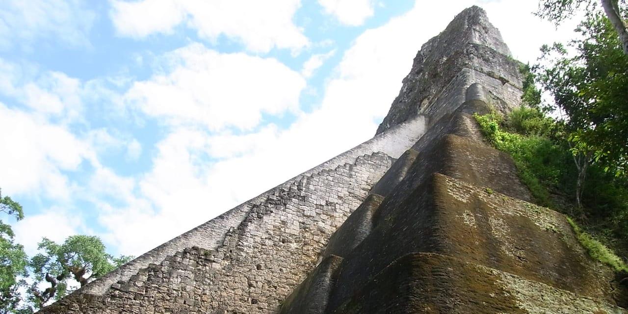 数あるマヤ・ピラミッドの1つ、フォルムが美しいⅤ号神殿(ティカル遺跡)