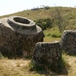 ジャール平原の石壷は人がすっぽり入るほどの大きさだ その用途はいまだ謎に包まれている