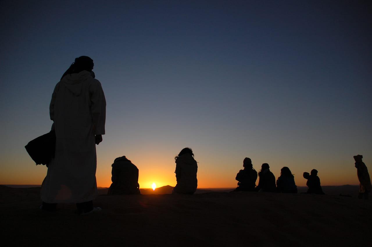 砂漠に昇る朝日