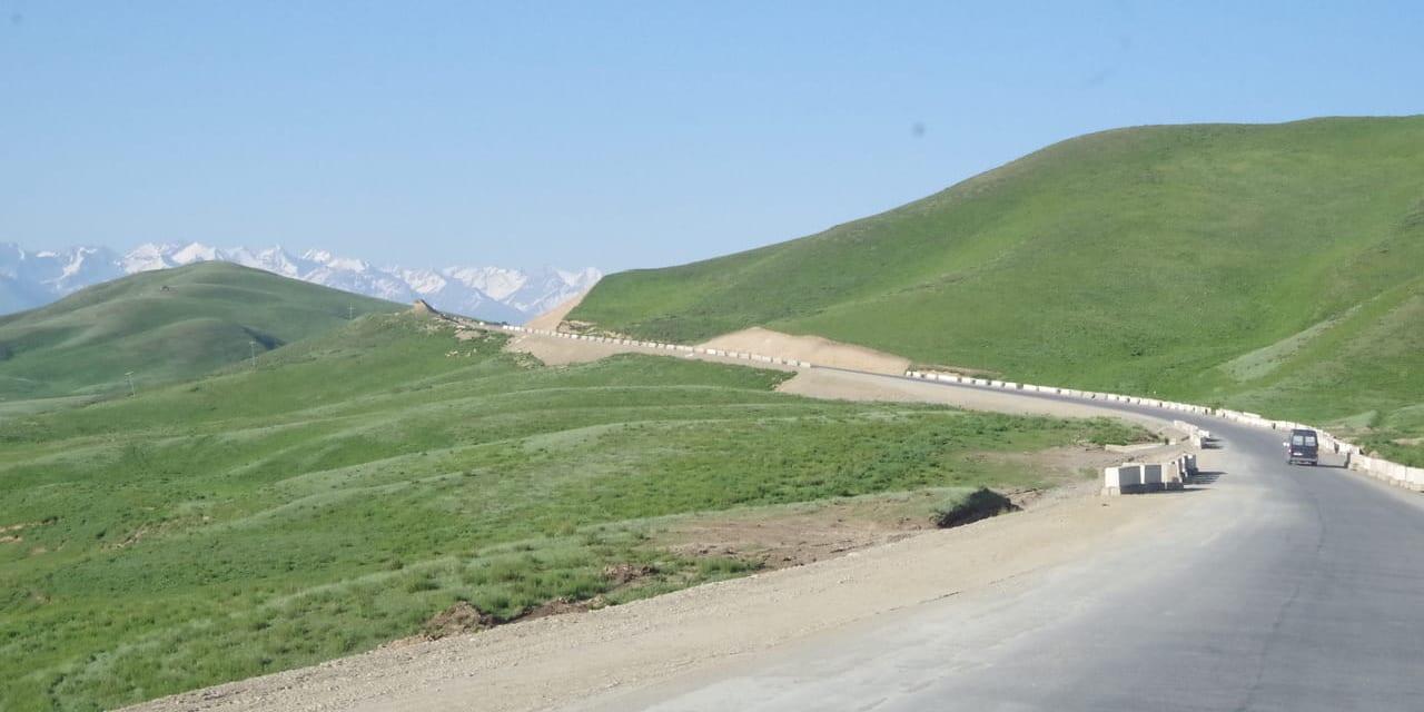 トルガルト峠を越えると荒涼とした岩肌の世界から草原の国への一変する