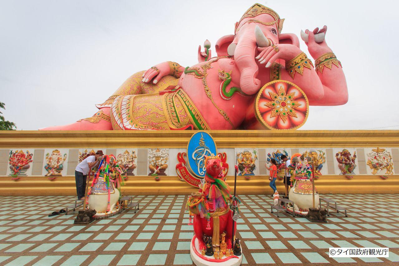 あっと驚く巨大さのピンクガネーシャ像(ワット・サマーン・ラッタナーラーム)