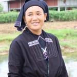 民族衣装で農作業中のラチ族の女性