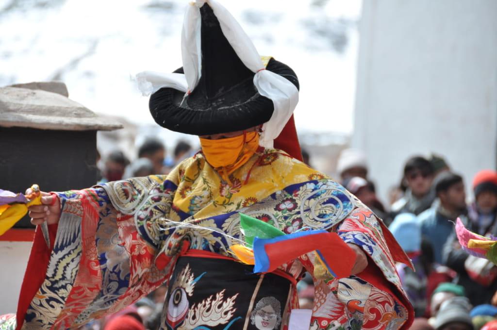祭の始めに踊られるシャナ(黒帽の舞)。大地を清め、神々が降臨する場をつくる。