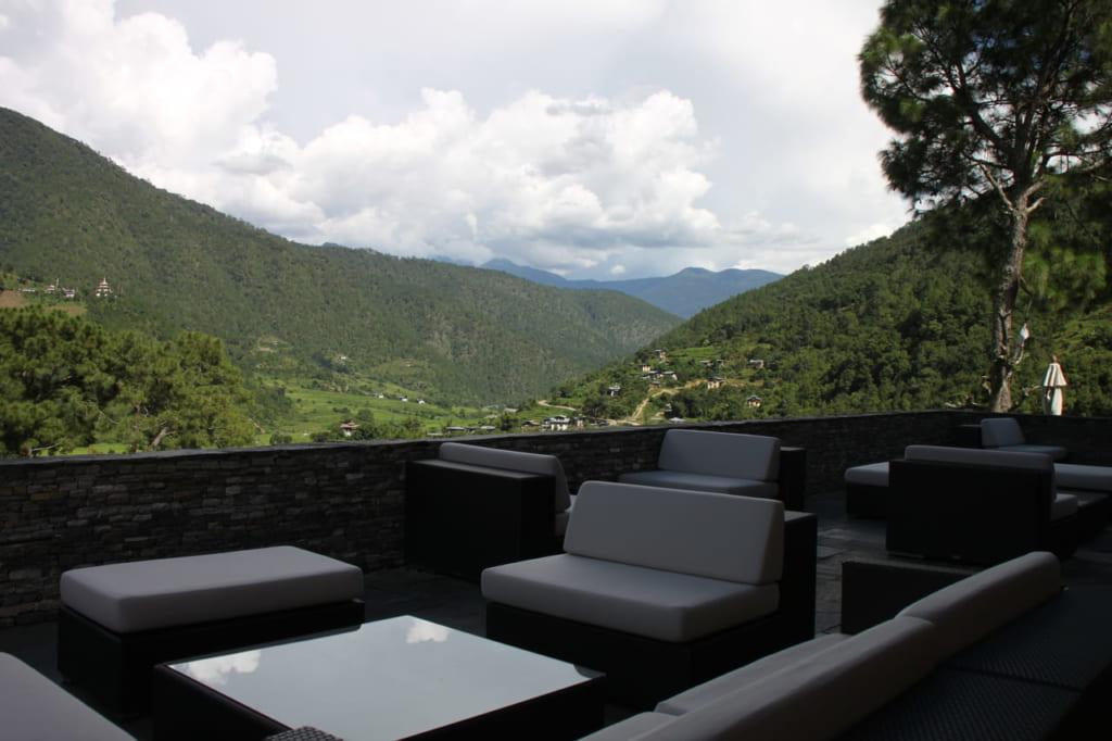 天気の良い日はプナカの田園風景が望める屋外スペースで食事も可能。