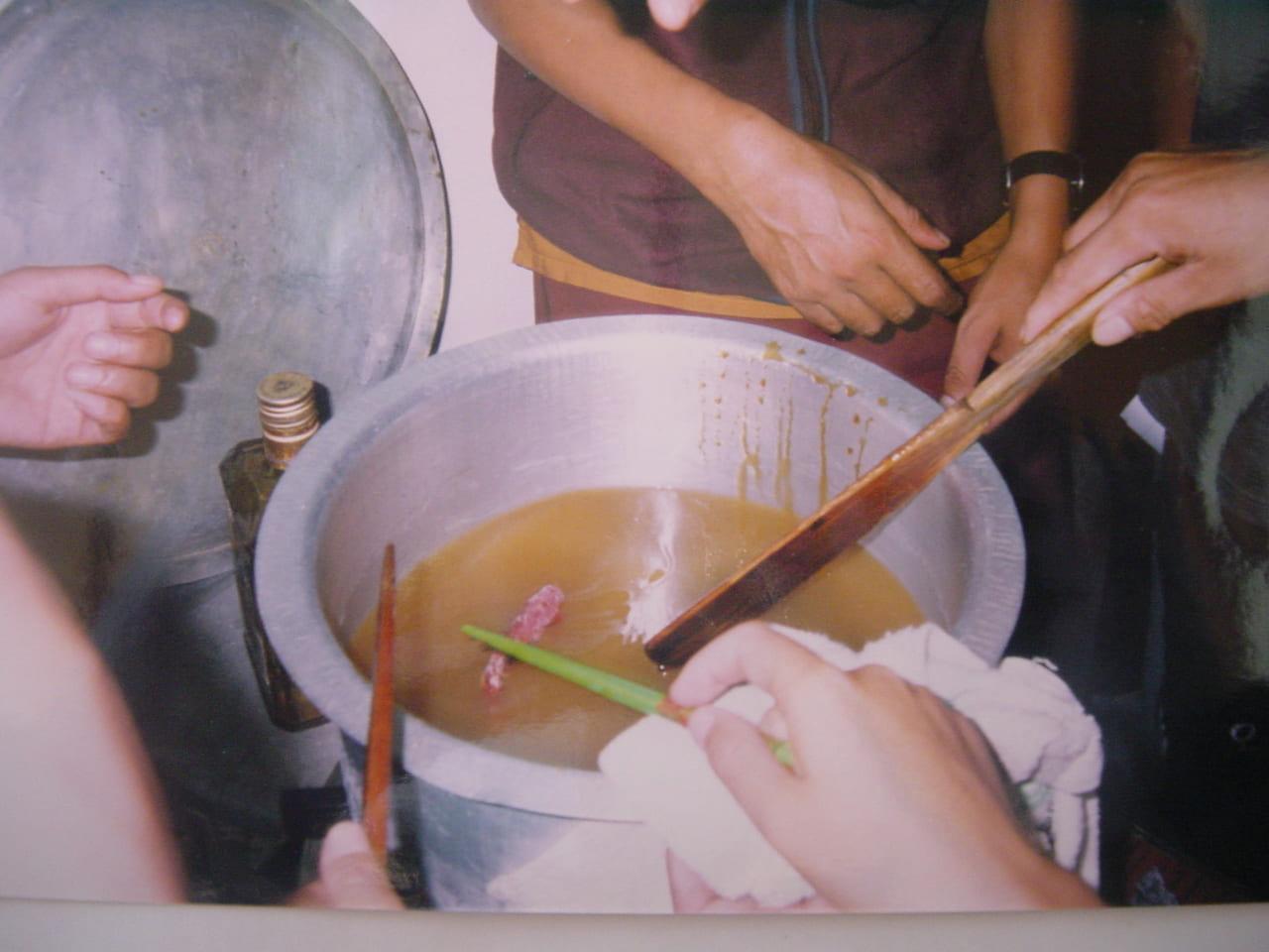 蜂蜜にヤギの肝臓を入れて煮込む 2003年10月撮影