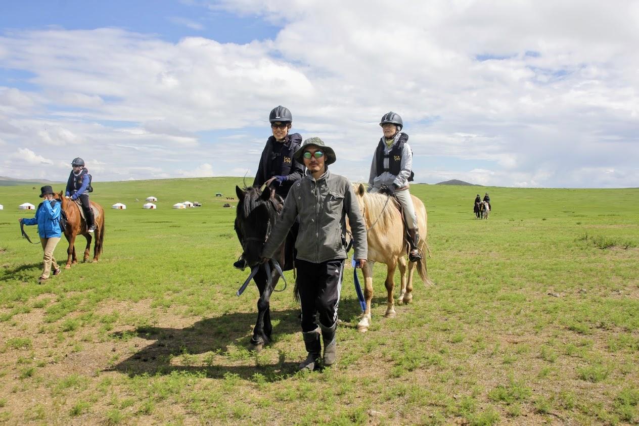 引き馬から開始して、まずは自分の馬に慣れます