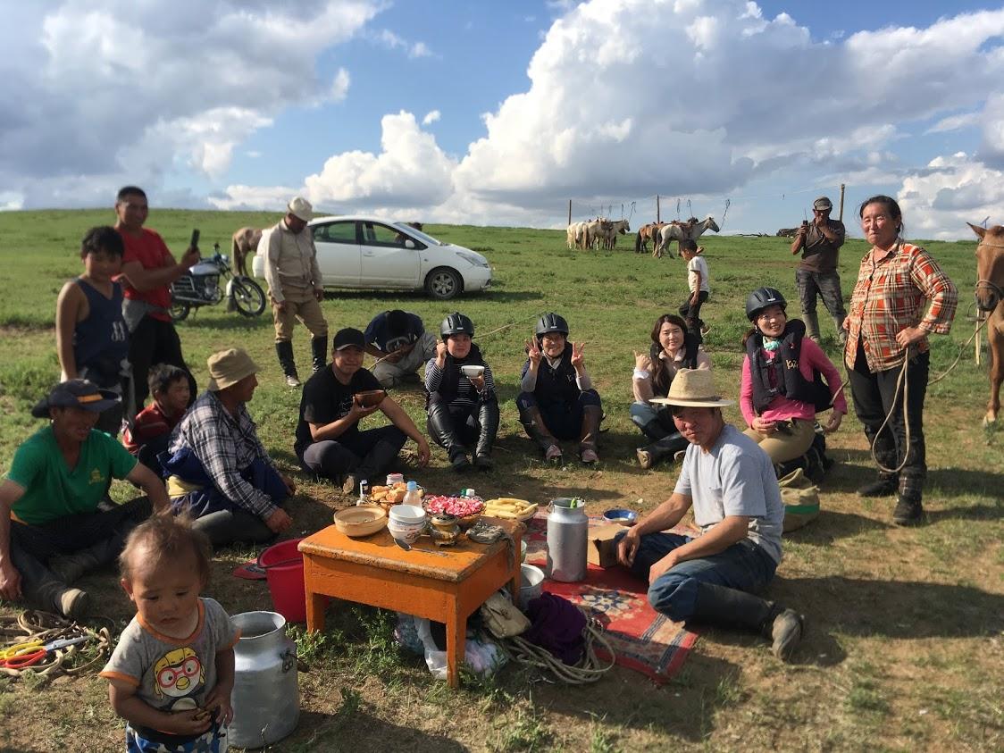 乗馬途中で今年最初の馬乳酒を楽しむ遊牧民一家に遭遇!