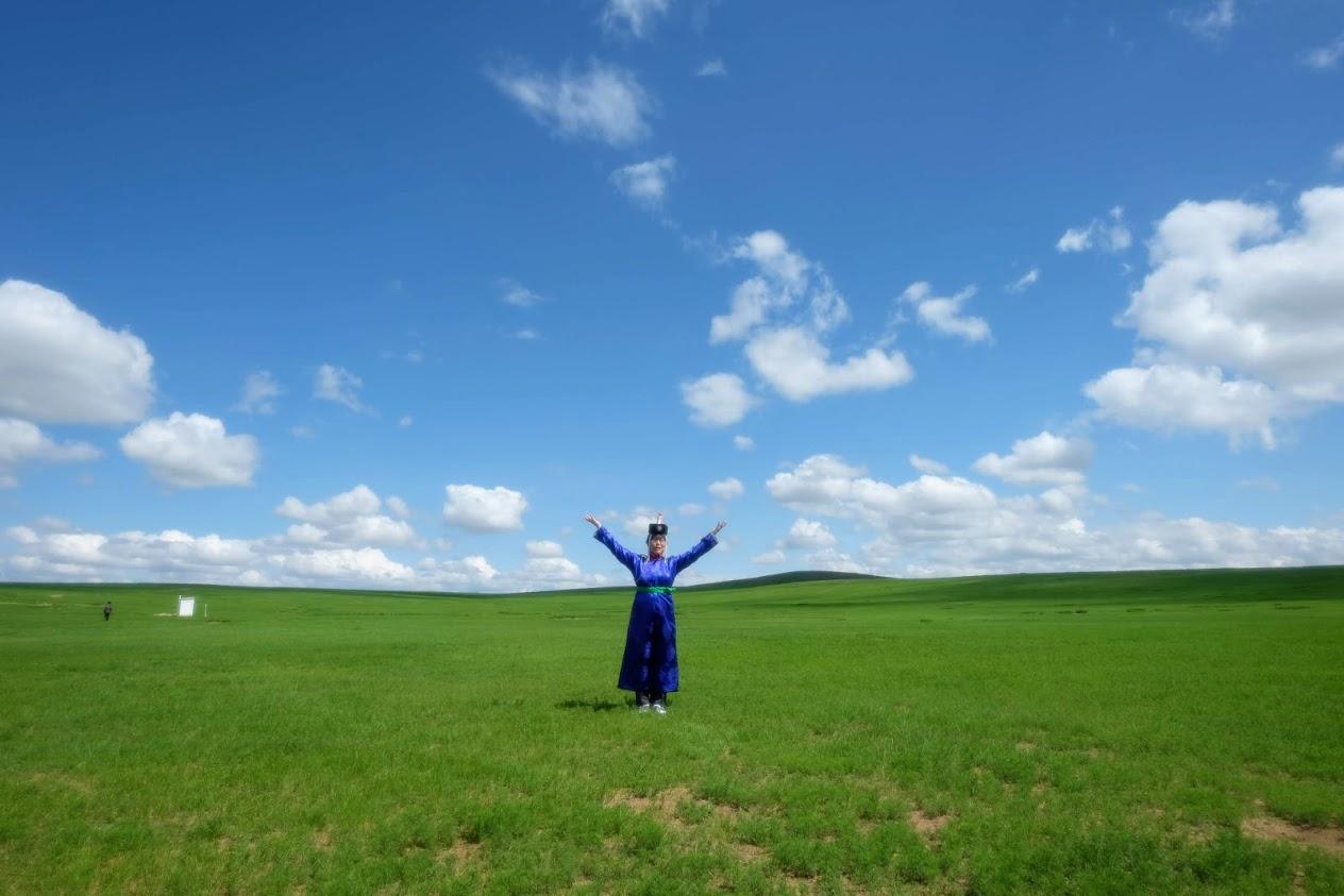 民族衣装を着て大草原をバックに記念撮影。今年の年賀状写真にいかがでしょうか?