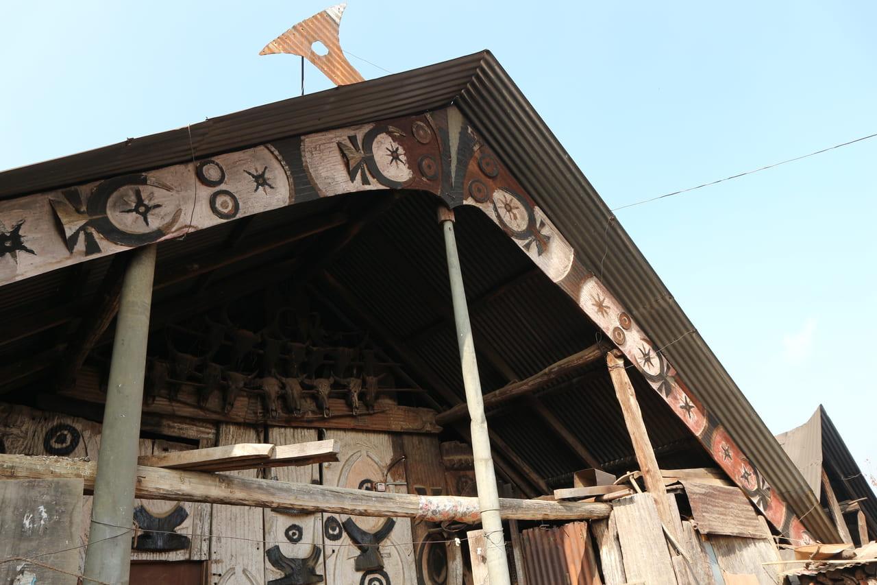 はとぽっぽを歌ってくれたおじいさんがいたお家の屋根 首狩り族の伝統の図案に水牛の頭蓋骨が軒下に飾られている