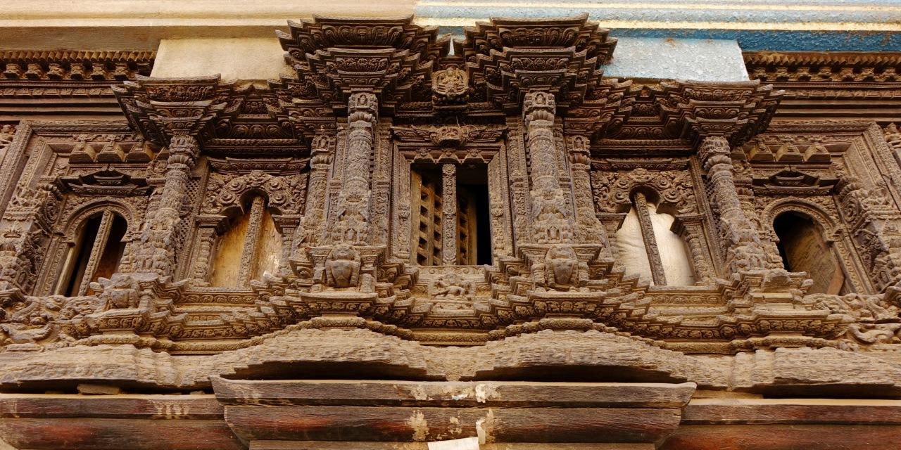 美しい装飾が施された木窓(キルティプル)